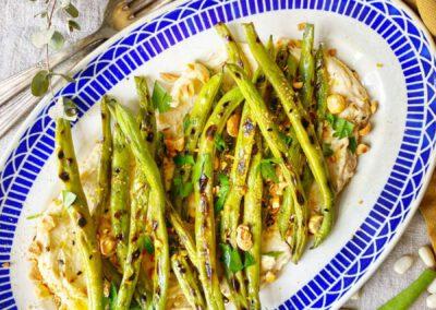 Gegrilde sperziebonen met witte bonen hummus